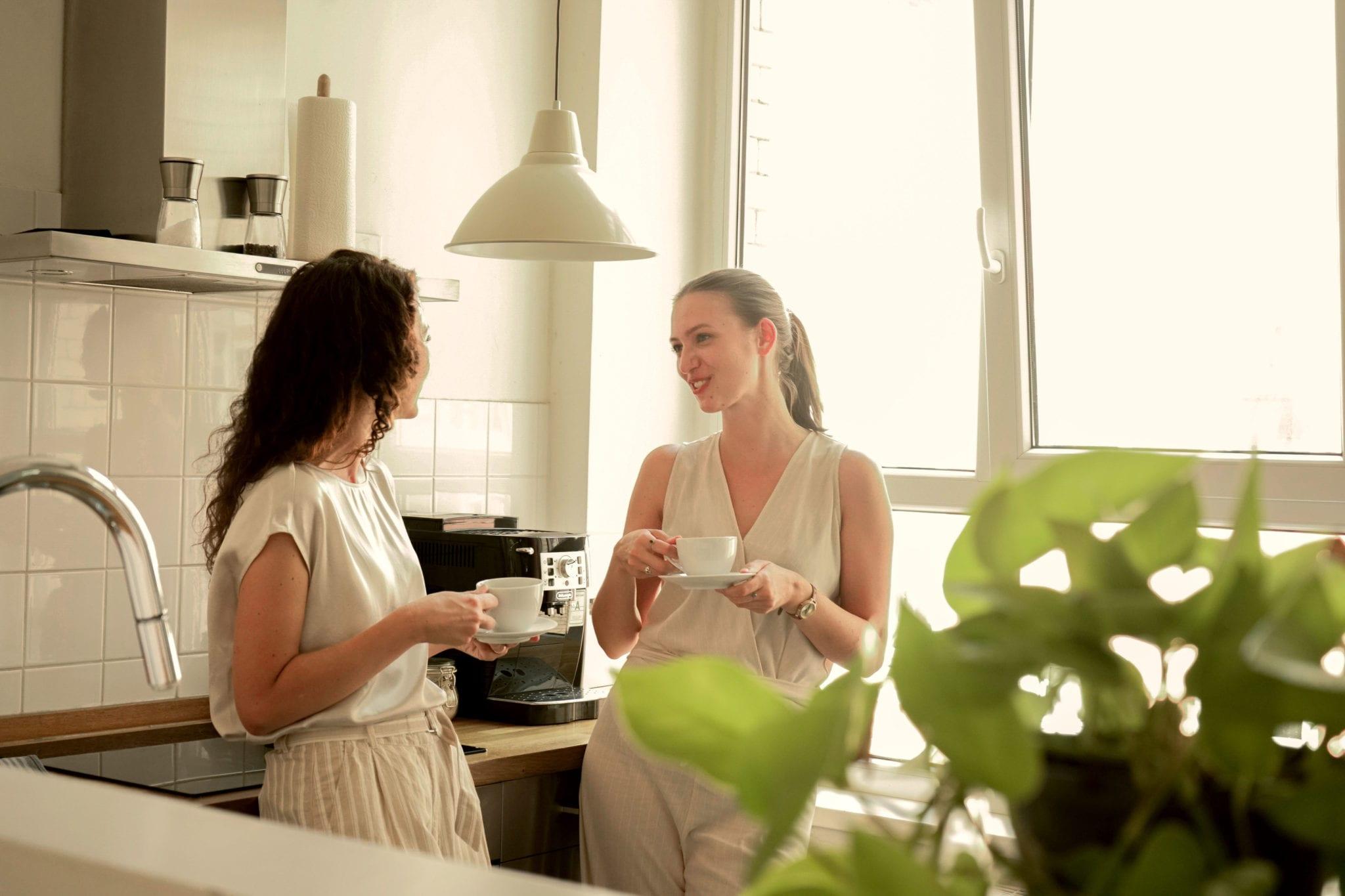 Zwei Frauen trinken Kaffee und unterhalten sich