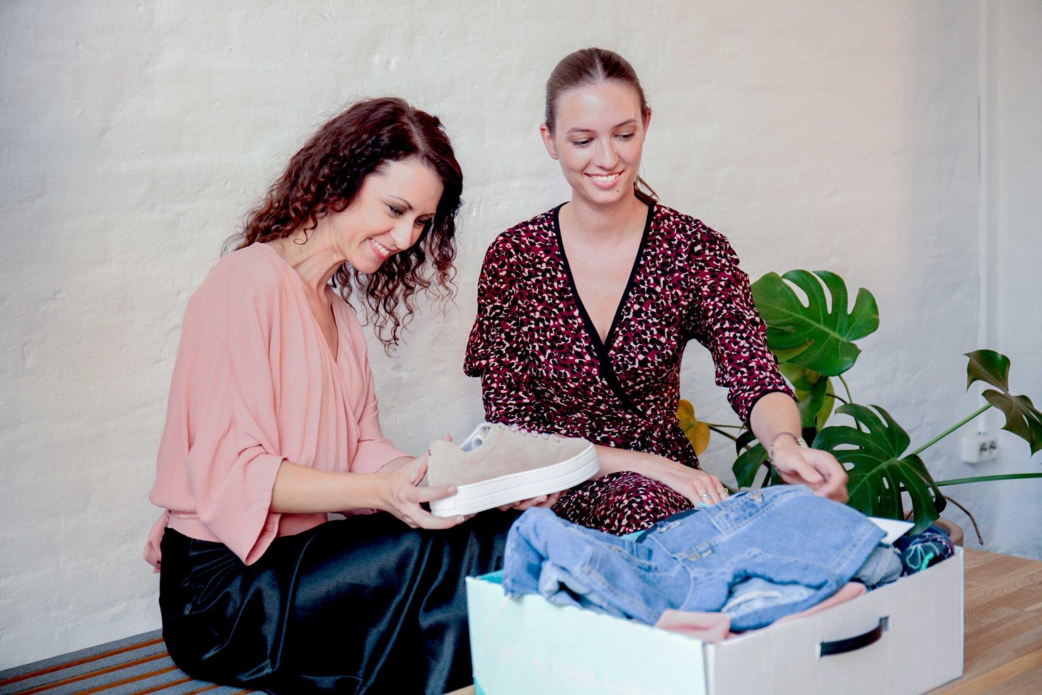 Zwei Frauen freuen sich über die Outfits in der Kisura Box