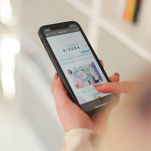 Kisurahomepage auf einem Smartphone
