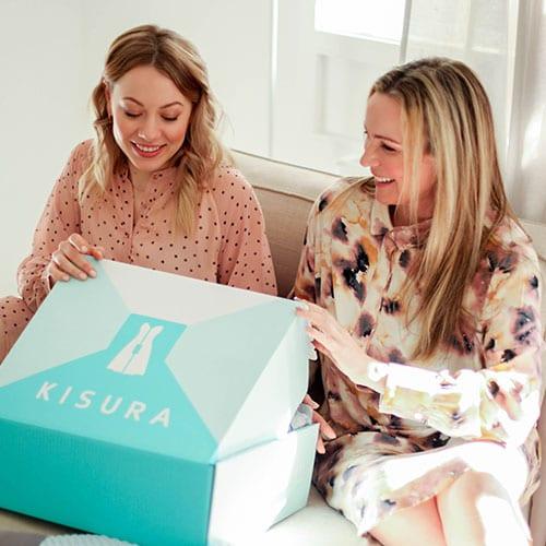 Zwei Frauen öffnen die Outfitbox